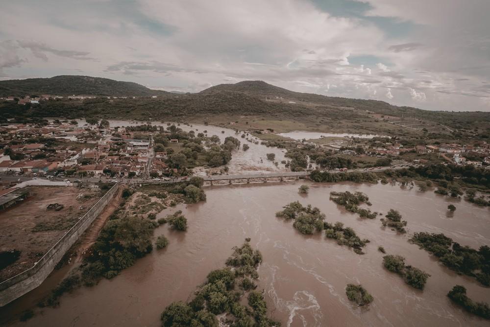 Nível do Rio Ipanema sobe 7 metros acima da média e provoca estragos em município