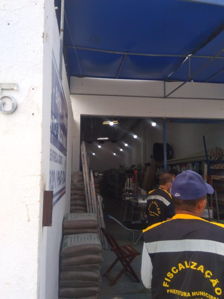 Força-tarefa de fiscalização dispersa jogos de futebol na orla e orienta comerciantes em Maceió