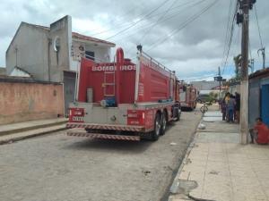 Bombeiros são acionados após incêndio em residência no Benedito Bentes