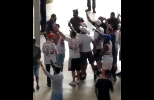 Torcedores do São Paulo protestam no aeroporto: