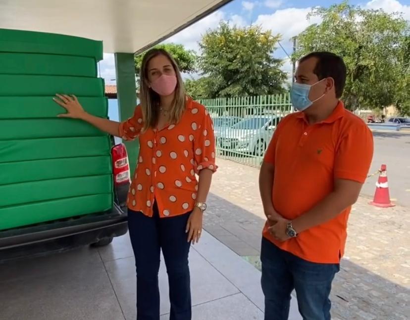 Camyla Brasil ao lado do Diretor Administrativo do Hospital